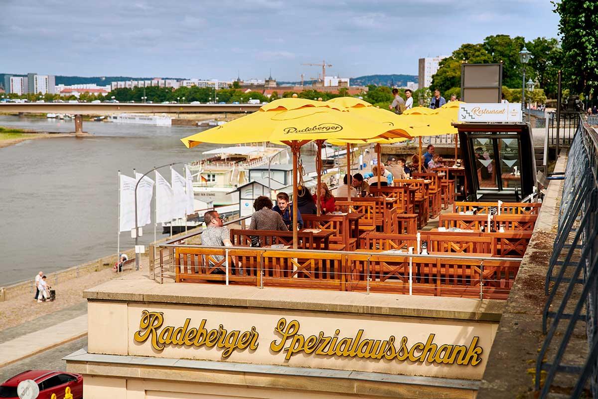 Radeberger Ausschank in Dresden mit Elbe