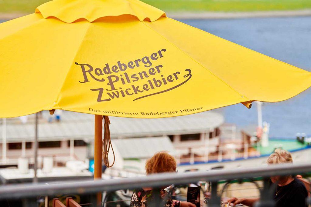 Radeberger Spezialausschank Dresden Bartheke außen mit Schirm